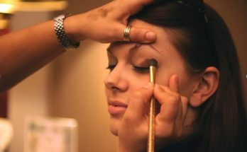 How to Apply Natural Looking Eye Makeup to Step Out in Style